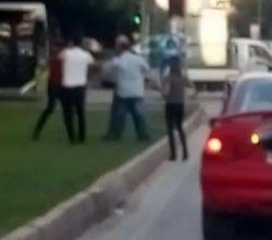 Adana'da sürücülerin sopalı yol kavgası
