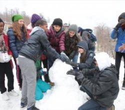 Afrika'dan gelen çocuklar ilk kez karla tanıştı