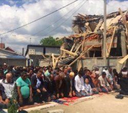 Belgrad'da yıkılan mescidin önünde cuma namazı kılındı