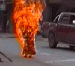 Budist rahip protesto için kendini yaktı