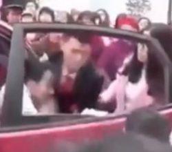 Çinli damat, gelini arabadan yaka paça indirdi