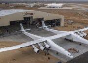 Dünyanın en büyük uçağı hangardan çıkarıldı
