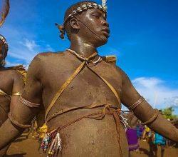 Dünyanın en ilkel kabilesi evleri bile dışkıdan!