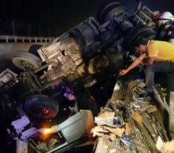 Düzce'de Köprüde asılı kalan tırın sürücüsü kurtarıldı