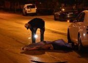Elinde bıçakla karşıya geçmeye çalışırken araba çarptı