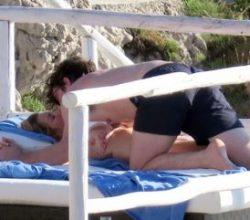 Ellie Goulding sevgilisiyle güneşlenirken aşka geldi