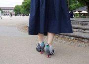 Güvercinleri rahatsız etmemek için ayakkabı tasarladı