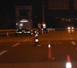 İzmir'de devrilen TIR otoyolu trafiğe kapattı