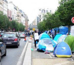 Paris caddelerinde mülteci çadırları