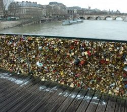Paris'in aşk kilitleri sığınmacılara umut oldu