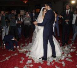 Şanlıurfa'da düğünde dolar yağmuru