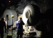 Şarampole devrilen 30 tonluk kepçenin altında can verdi