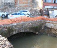 Yıkılan evin altından köprü çıktı, inşaat durdu