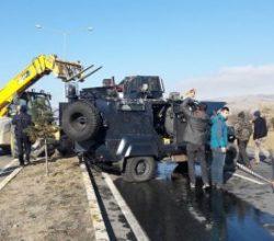 Zırhlı polis aracı devrildi: 2 yaralı